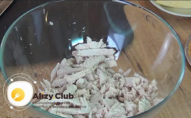 нарезаем вареное филе соломкой