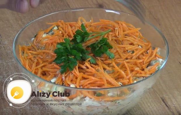украшаем салат листьями петрушки