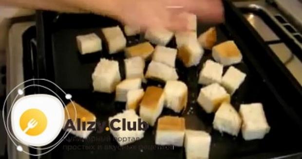 По рецепту, для приготовления фондю из сыра нарежьте хлеб