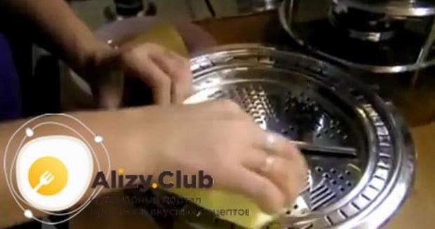По рецепту, для приготовления фондю из сыра подготовьте все ингредиенты