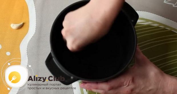 Для приготовления сырного фондю по классическому рецепту, смажьте форму чесноком