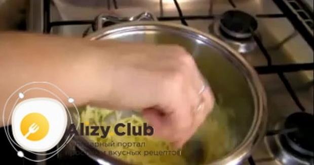 По рецепту, для приготовления фондю из сыра растопите сыр