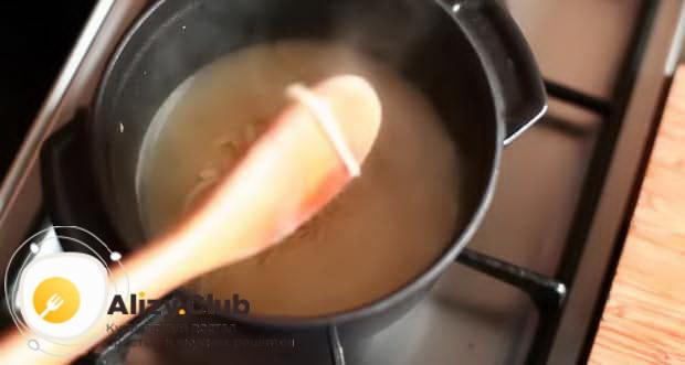 Для приготовления сырного фондю по классическому рецепту, доведите ингредиенты до кипения