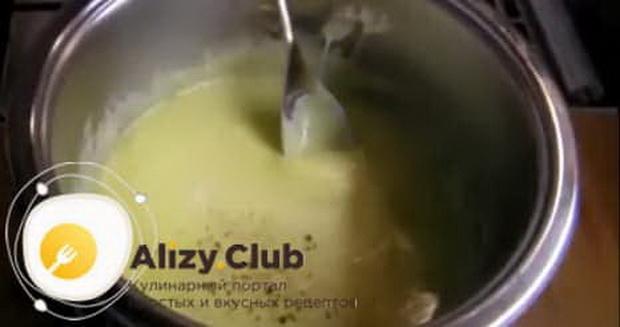 По рецепту, для приготовления фондю из сыра добавьте специи