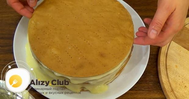 Для приготовления торта рыжик обмажьте коржи кремом
