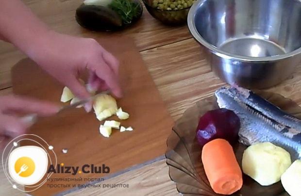 Для приготовления винегрета с селедкой по классическому рецепту, нарежьте картошку