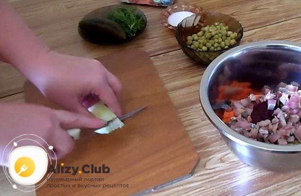 Для приготовления винегрета с селедкой по классическому рецепту, нарежьте лук