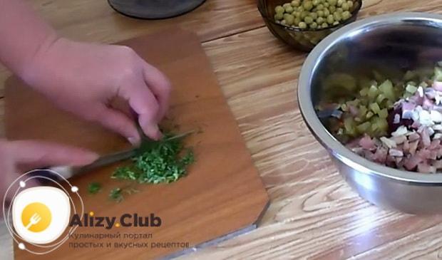 Для приготовления винегрета с селедкой по классическому рецепту, нарежьте зелень