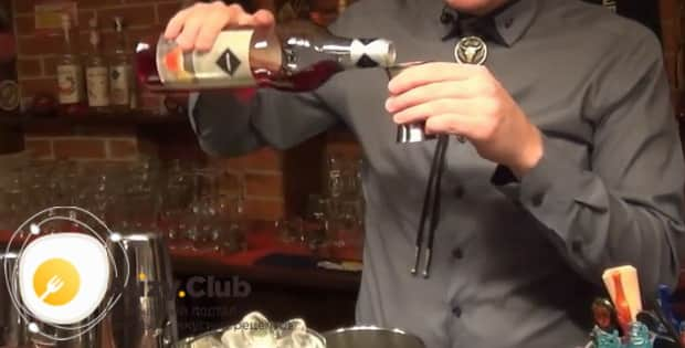 Для приготовления клубничного коктейля дайкири по  рецепту, добавьте ингредиенты