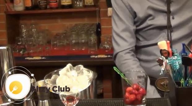 Для приготовления клубничного коктейля дайкири по  рецепту, подготовьте бокал