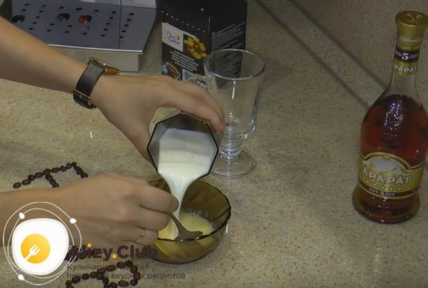 Поскольку мы готовим кое по рецепту с коньяком и молоком, добавляем в смесь коньяка и желтка молоко и перемешиваем.