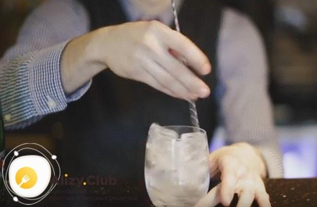 Чтобы охладить стакан, аккуратно перемешиваем в нем кусочки льда.