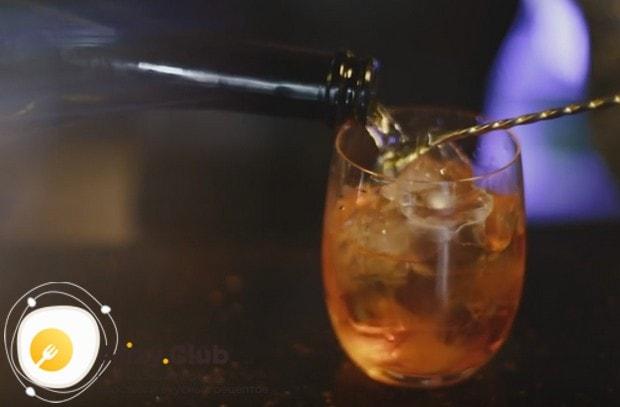 Наливаем поочередно все составляющие коктейля.