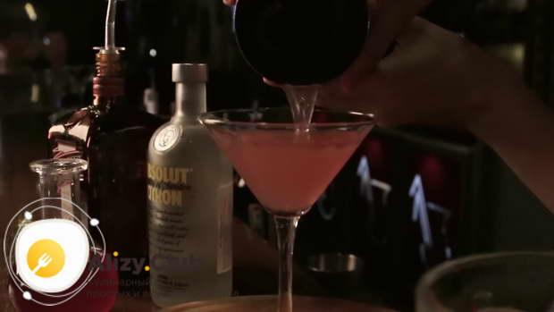 Налейте коктейль в бокал, используя ситечко