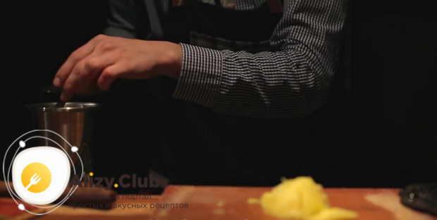 Нарезаем мелкими кусочками 50-70 г мякоти ананаса
