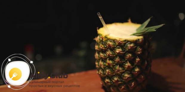 Наливаем коктейль в подготовленный ананас