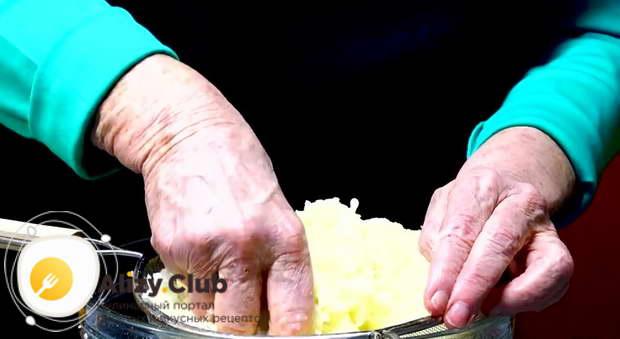 Картофель с луком выкладываем на сито