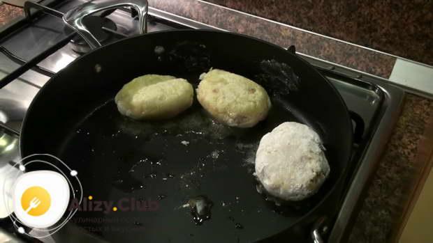 Укладываем колдуны в сковороду, слегка обжариваем