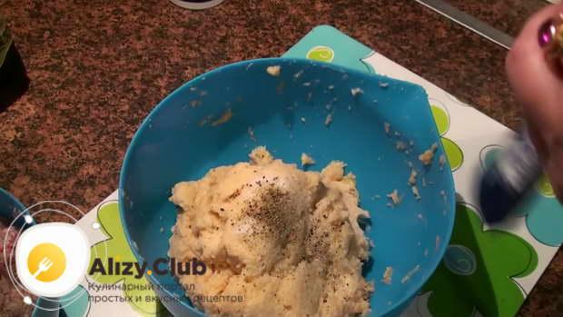 В пюре из картофеля тоже добавляем соли и перца