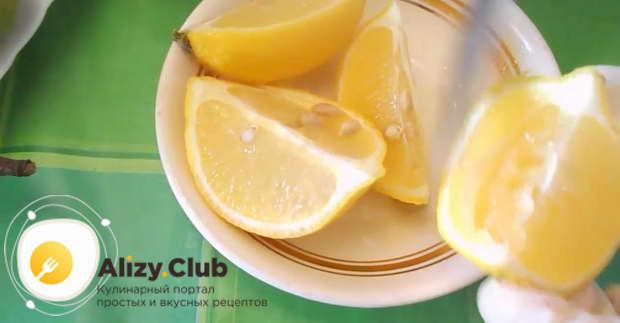 Разрезаем половинку лимона пополам и удаляем семечки