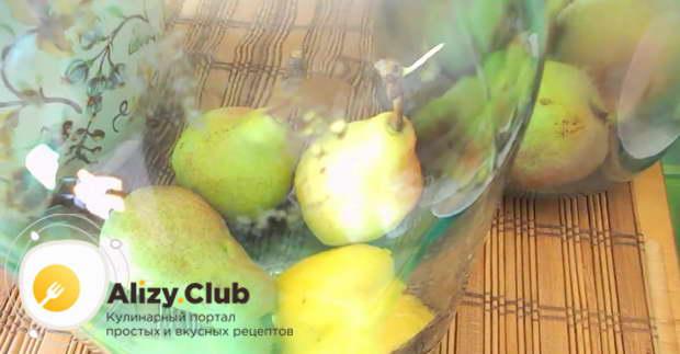 Выкладываем в банку четвертинку лимона