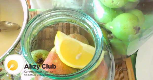 Поверх груш кладем вторую четвертинку лимона