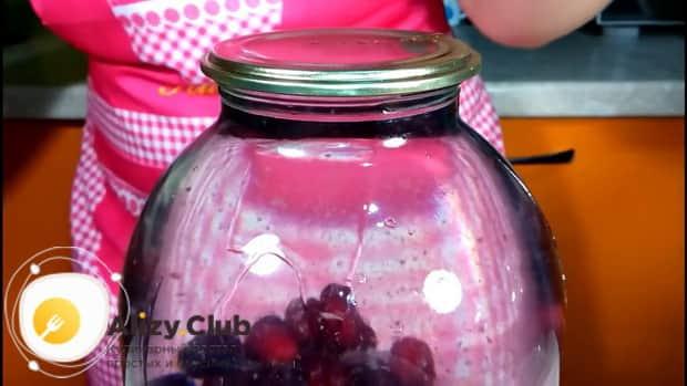 Для приготовления компота из кизила на зиму без стерилизации подготовьте ягоды