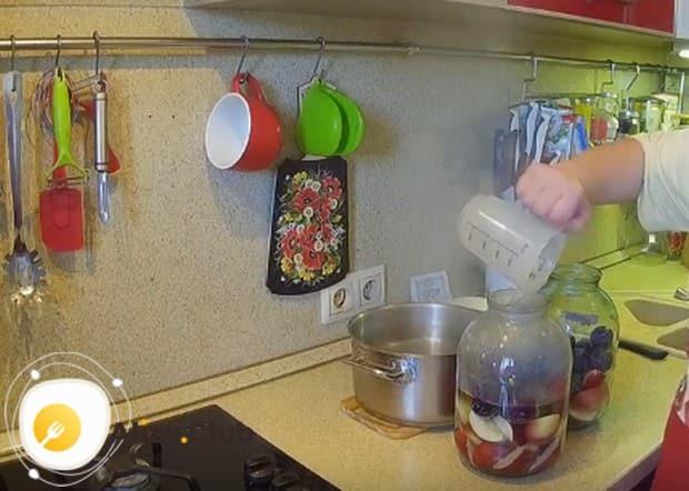 Заливаем фрукты в банках кипятком и даем из немного настояться.