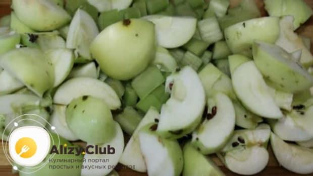 Для компота, нарезаем яблока