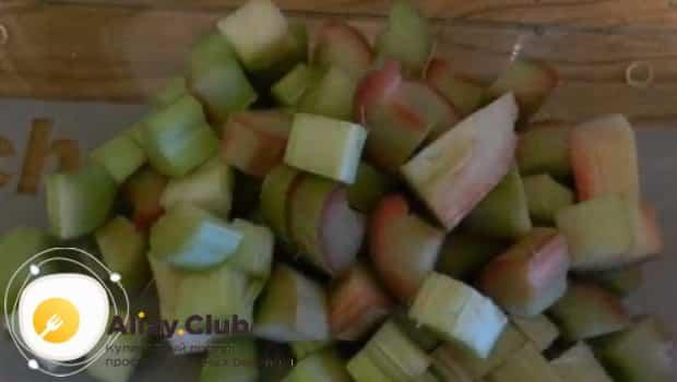 Что бы приготовить компот из ревеня с лимоном следуя рецепту, режем ревень на куски