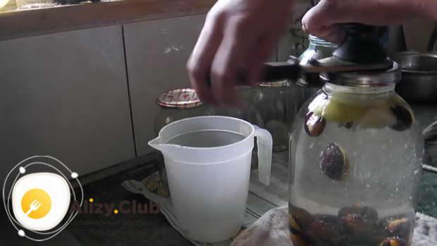 Заливаю банки кипящей водой