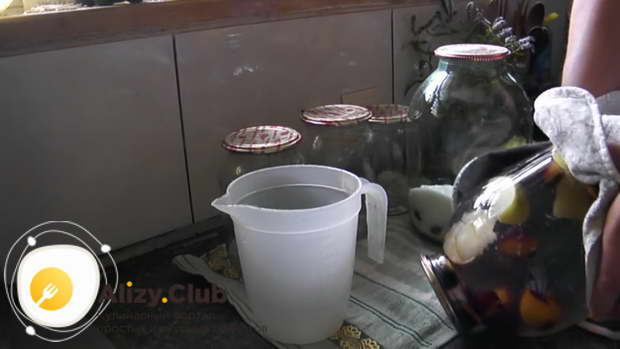 Проверяю герметичность закупоривания тары