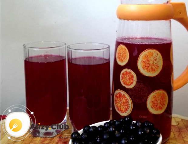 Переливаем ягодный напиток в графин