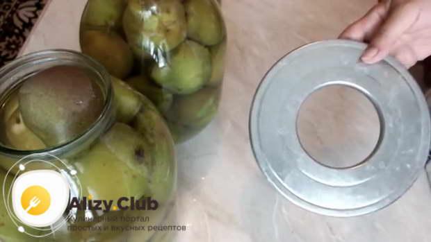 Заливаем плоды приблизительно 1,5 литрами кипятка