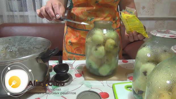 В банку с яблоками положите лимонной кислоты