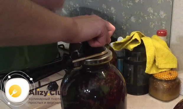Накрываем банку крышкой для консервации
