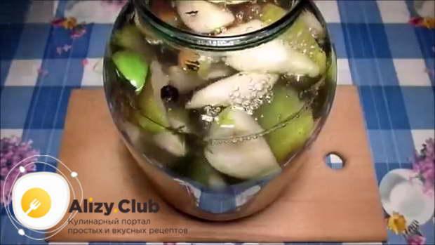 Добавляем в банку 180-200 г сахара и заливаем туда же 2-2,3 литра кипящей воды