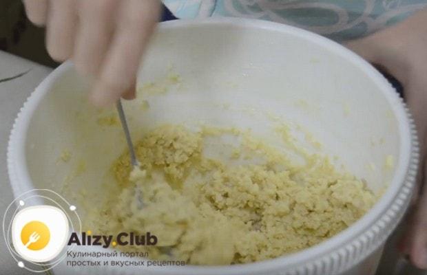 Добавляем крошку в кремовую массу и хорошо перемешиваем до однородности.
