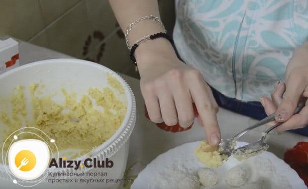Чайными ложечками формируем конфеты и в каждый шарик вдавливаем миндальный орешек.