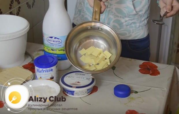 Чтобы приготовить конфеты Рафаэлло своими руками по рецепту с маскарпоне, сначала надо растопить с несколькими ложками молока белый шоколад.