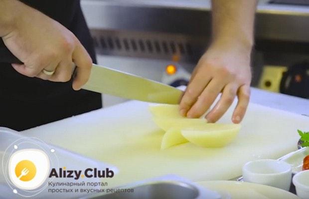 Промытый и очищенный картофель нарезаем дольками.