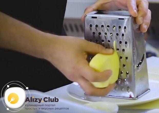 Для начинки на крупной терке натираем сыр.