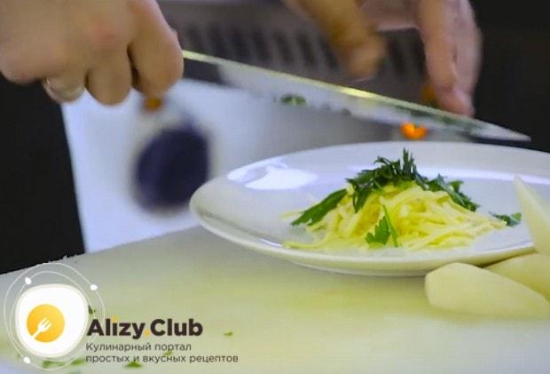 К натертому сыру добавляем измельченную свежую петрушку.