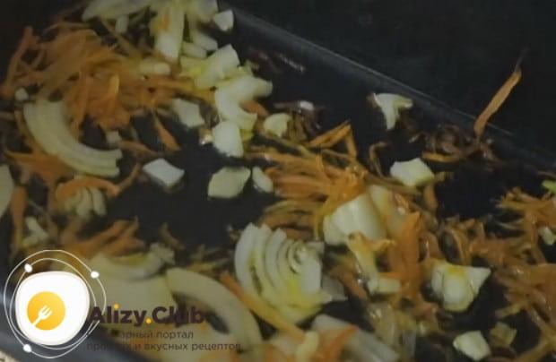 Достаем из духовку противень с овощами, которые уже стали мягкими.