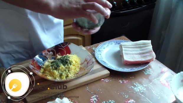 В отдельной посуде соединяем 115 грамм тёртого сыра