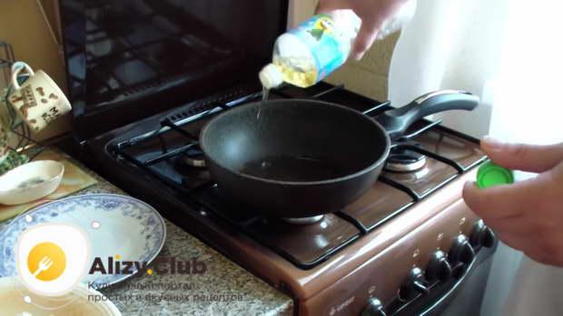 На сковороде очень хорошо разогреваем 25-30 миллилитров подсолнечного масла