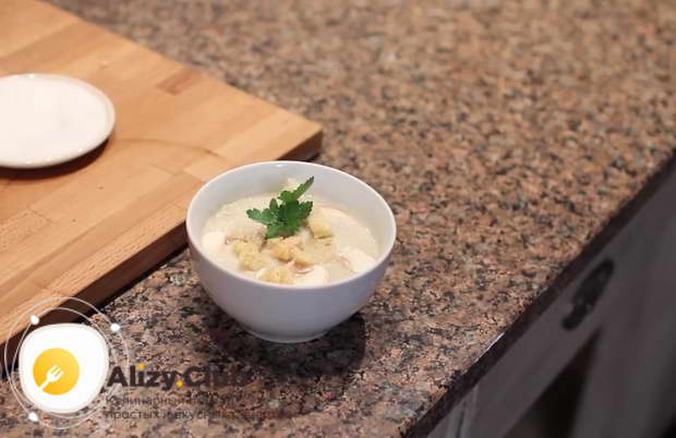 Добавьте готовые гренки в тарелки с крем-супом при подаче