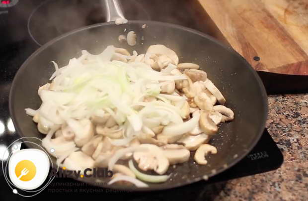Обжарьте грибы с луком на сковороде с растительным маслом