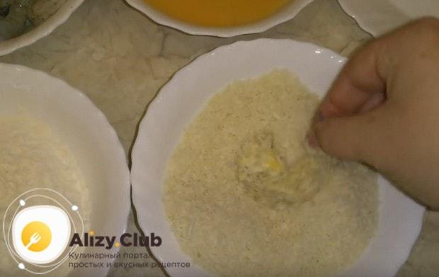 Обваливаем креветку в муке затем отправляем ее в яйцо, а потом в кляр.