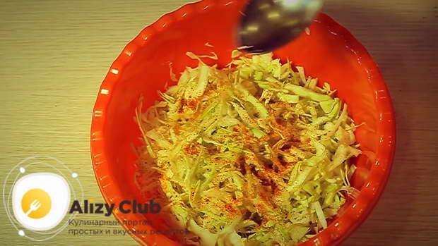 Нарезать 250 г капусты тонкими полосками, добавить по 0,5 ч. л. соли, сахара и уксуса